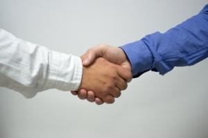 El Cliente indiscreto estrechar manos